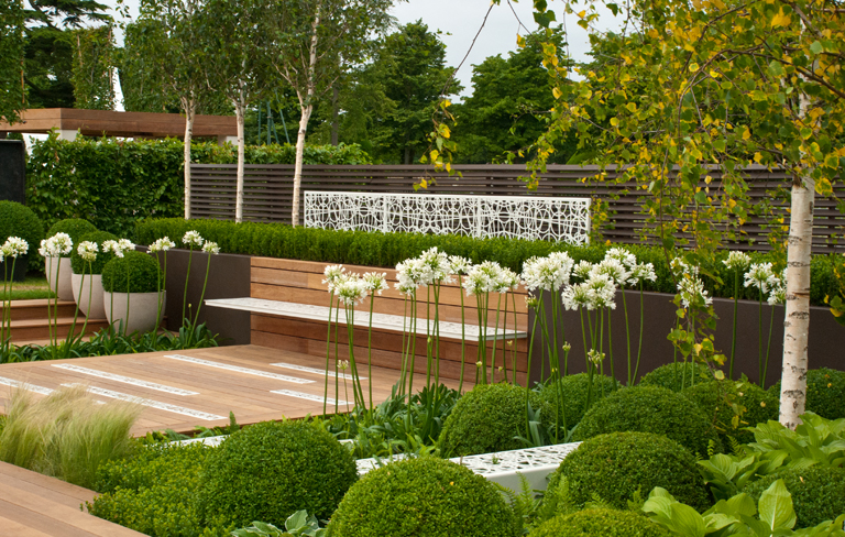 Contemporary contemplation show garden lisa cox garden for Modern back garden designs
